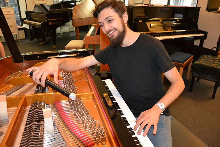 Klavierstimmer beim Stimmen eines Klaviers